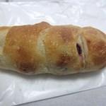 ベーカーズマーケット - クランベリーフレンチ160円、クランベリージャムがたっぷり入った少し甘みのあるパンです