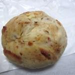 ベーカーズマーケット - トマトフロマージュ200円、天然酵母を使いトマトにハーブ・チーズを練り込んでクリームチーズを包んだ見た目よりボリュームのあるパンです。