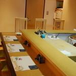 宿木 - カウンター7席   4席3テーブル