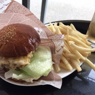 パスタイム - チーズバーガー+ポテト+ドリンク 890円(税込)