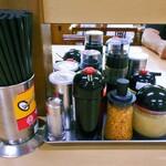 安福亭 - 卓上に常備された調味料類