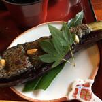 金左ヱ門 - ナスの落花生味噌、甘じたて。 1本物の切り目無し。 食べにくい。丸かじり。
