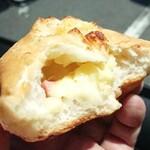 136568130 - パン・ド・ミ生地の中にシットリチーズ&マヨ。ベーコンの風味堪らんです^^