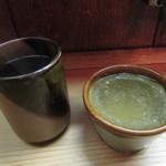江戸清 - お茶と鶏スープ、スープが下に滲んでいます