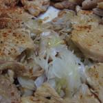 江戸清 - 鶏肉の下の長ネギ