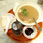 シンガポール海南鶏飯 - 肉骨茶・バクテー(¥1000)。甘くて濃厚なダークソーヤソース(右下)と、ミル式ブラックペッパーが添えられる