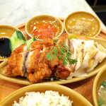 シンガポール海南鶏飯 - 揚げ鶏と蒸し鶏。ダークソーヤ、チリソース、ネギジンジャーソースで味わうから、6通りの楽しみがある