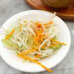 シンガポール海南鶏飯 - サラダは、スイートチリソースにピーナッツをトッピング。見た目以上にピリ辛