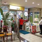 シンガポール海南鶏飯 - ランチタイムはお弁当も販売。写真を見るまで気付きませんでしたが、入口ではマーライオンがお出迎え