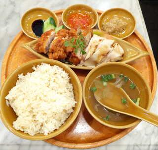 シンガポール海南鶏飯 汐留店 - シンガポールチキンライス(茹で揚げハーフ&ハーフ¥1000)。ライスの個性的な香りが素晴らしい