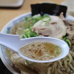 中華そば 雲ノ糸 - スープは茶褐色