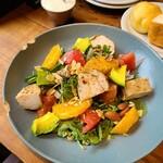 ESPRESSO D WORKS - 大山地鶏のケイジャンチキンとオレンジのサラダ@1350円