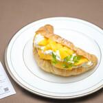 Fruit Chef - クロワッサン マンゴーサンド(1200円)