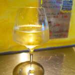 大衆イタリアン MATILDA GINZA - グラスワイン・白「トラミン ストーン」。グラスの中で、パッションフルーツの香りが開く