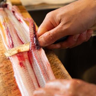 ご注文後に生きた鰻を捌き、串を打つ…その新鮮さ、旨さに驚く。