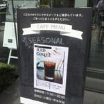 136620936 - 店頭の水出しアイスコーヒーの立て看板