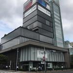 DNPプラザ - 外堀通りの向かい側から見たDNPプラザ 右隣は中央大学市谷田町キャンパス(国際情報学部)校舎