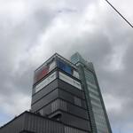 DNPプラザ - DNPプラザと中央大学市谷田町キャンパス校舎の上部 この敷地に以前はマルエツ系のスーパーマーケットがありました