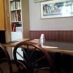 ナーガ・ラジャ - 奥のテーブル席。左に本棚あり
