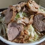 136643829 - 濃厚とんこつラーメン(肉200g)ヤサイ・アブラ・大盛・太麺