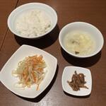 同源楼 - 麻婆豆腐定食の脇役たち。