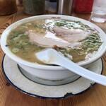 136668876 - 溢れるほどの豚骨スープ