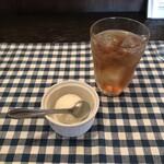 Tapas - ココナッツミルクのシャーベットとアイスティー。             美味し。