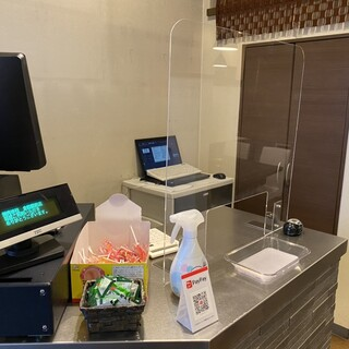 当店では衛生対策の一環でテーブルに調味料等置いておりません。