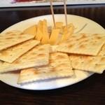 オーピンク - おつまみのチーズとクラッカー