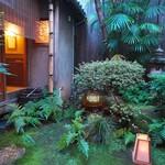 飯田 - お庭の苔も10年を経て、落ち着いてきました。