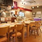 もちの花 - カフェ風の店内は広めのスペース。