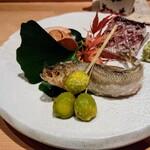 鮨 とかみ - 酒肴はカマスの塩漬けの生干し、生シシャモの天ぷら、あん肝、銀杏