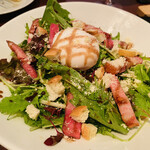 三笠バル - ベーコンとポーチドエッグのサラダ 850円
