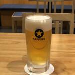 136751779 - 生ビールはサッポロ黒ラベルです。