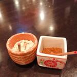 山久 - テーブル調味料(お塩と唐辛子)