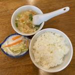 モンゴルレストラン郷 - ご飯、漬物(ピクルスに近い)、 トマト玉子パクチースープ。