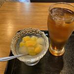 モンゴルレストラン郷 - 黄桃、ぶどう、梨のシロップ漬け、お茶。