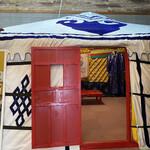 モンゴルレストラン郷 - ゲル 主にモンゴル高原に住む遊牧民が使用している、 伝統的な移動式住居。日本では、中国語の 呼び名に由来するパオ(包)とも言われます。