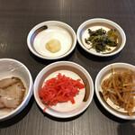 本格豚骨ラーメン 恵壱 - 人数限定早い者勝ちのサービス小鉢(細切れ焼豚)と、 無料トッピング。