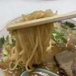 中華そば ますたに - ストレートの麺には背脂がしっかり絡む