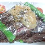 ガストーラ - 道産和牛ステーキとピラフのセット 肉200g ふた開けます