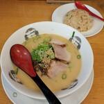 福福らーめん - 料理写真:とんこつらーめんミニ焼飯セット(968円)