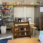 ハラールフードマルハバ - お店はハラルフードの販売もされてあって店内には販売用の食材が並んでました。