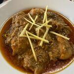 HALLAL FOOD MARHABA - カレーは骨付き鶏のトマトベースのスパイスたっぷりのカレー。