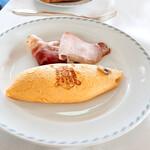 メインダイニング - 料理写真:マッシュルームソテー入りオムレツと国産豚ハム・ベーコンの盛合せ