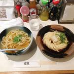麺散 - (右)ぶっかけうどん 650円、(左)温かいかけうどん 450円(いずれも税込)