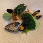 136848206 - ムール貝と姫鯛のポアレ 姫鯛のポの火入れがよく、さっぱりとしています。 ムール貝とその出汁。これがよくマッチしていました。