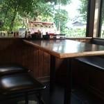 あ - 見晴らしのよいテーブル こちらのお席では飛行機の大迫力着陸シーンが見れます!!