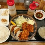 136852554 - ザンギ&焼き餃子定食 ¥850                         *なめたけおろし                         *サラダタケノコ塩味                         小鉢2種、あさり汁付き                         (キャベツ・ライスおかわり無料)