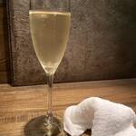 ダンヴィーヴァ - お通しのスパークリングワイン